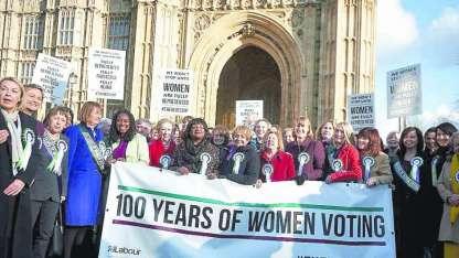 Legisladoras opositoras recordaron a las heroicas mujeres frente al Parlamento.