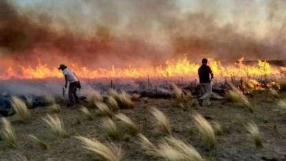 Brigadistas de La Pampa, Córdoba y San Luis en uno de los focos del incendio.