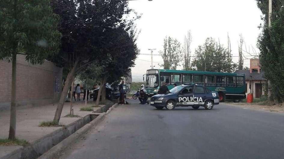 Un micro y un auto chocaron en calle Avellaneda de Guaymallén