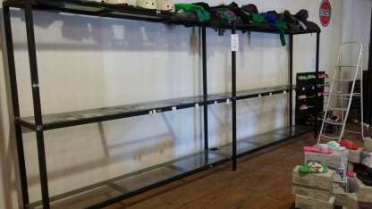 Los estantes quedaron vacíos tras el paso de los ladrones.