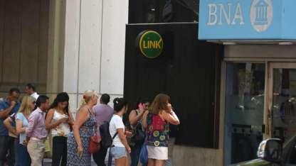 Largas filas en los cajeros de Mendoza para conseguir efectivo.