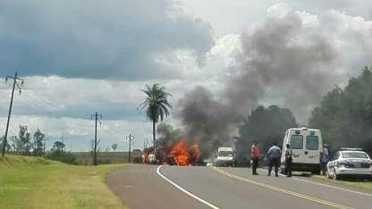 Ambos vehículos se incendiaron tras el impacto.