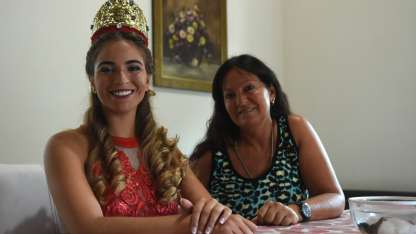 La familia de Melina la acompaña en el desafío de alcanzar el cetro nacional vendimial.