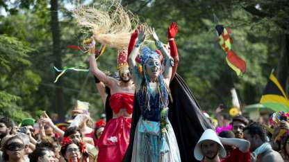 Bailarines se mueven sobre enormes pilotes durante la fiesta de carnaval Terreirada Cearense en Río de Janeiro,