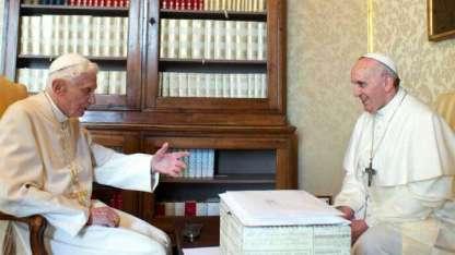 Una de las primeras reuniones de los dos Papas.