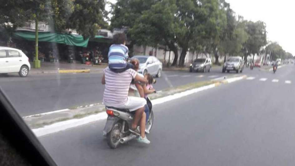 Peligro en las calles: iba en moto y con un niño sobre los hombros