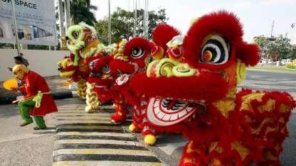Miembros de la comunidad china ensayan la tradicional danza del león.
