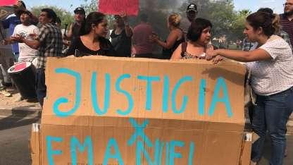 Familiares y amigos de Emanuel Garay protestaron frente a la Escuela de Policía.