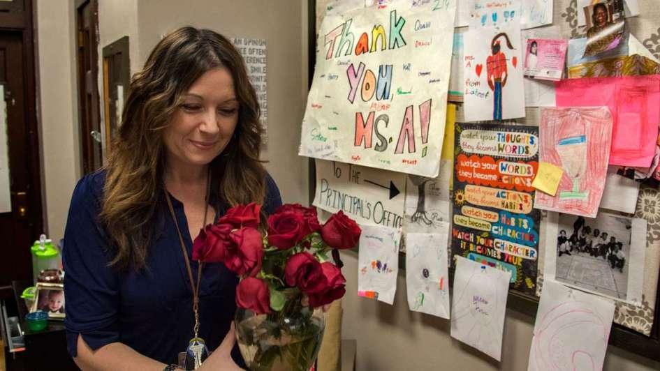 La directora de una escuela primaria ofrece dinero a sus alumnos para que no se peleen