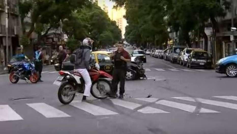 Se escapó de un control policial, chocó con un taxi y volcó