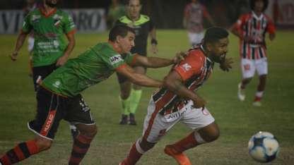 Herrera, marcado por Masoero, convirtió el gol del empate para Huracán.
