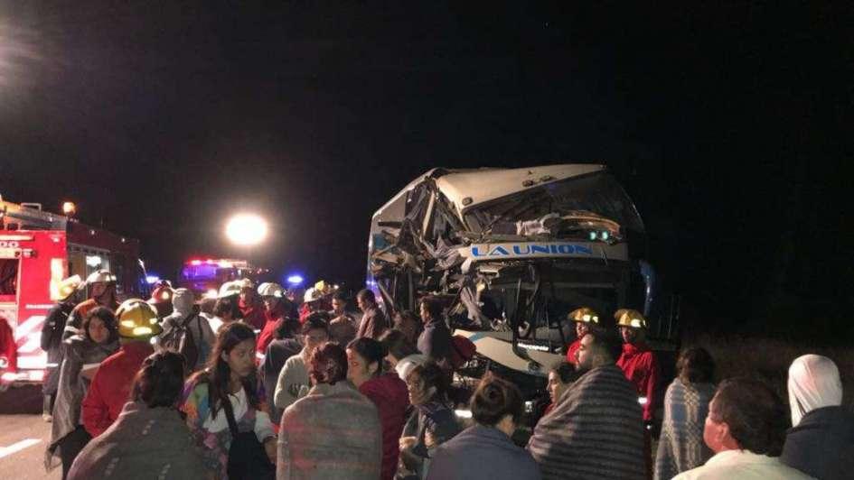 Tremendo choque de un colectivo mendocino contra un camión en la ruta 188: hay 7 heridos