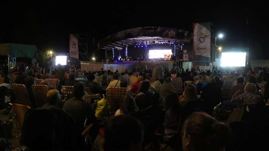 Diez mil personas disfrutaron de la primera noche del Festival de la Ciruela