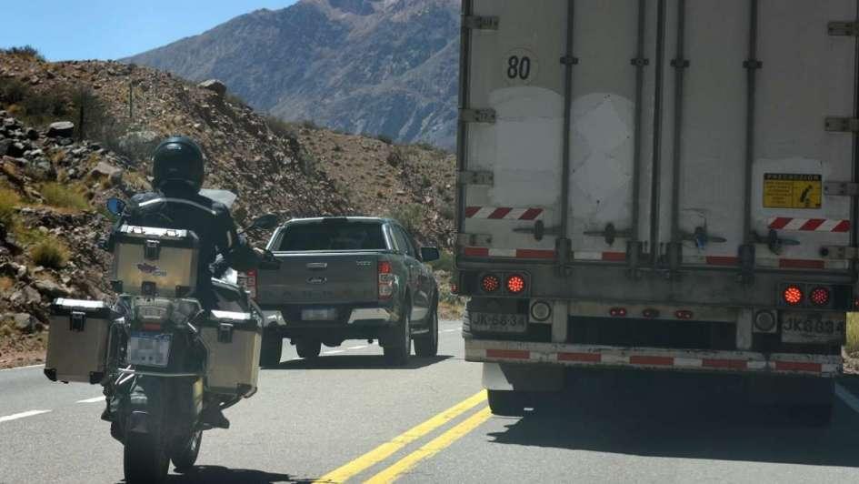 Alta Montaña: hay 10 multas diarias por pasar con doble línea amarilla