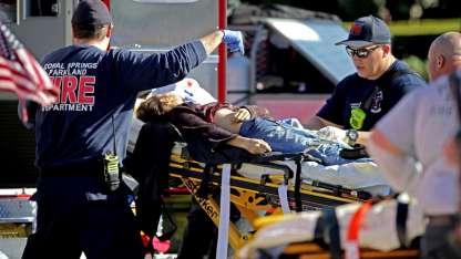 Paramédicos asisten a una de las víctimas.