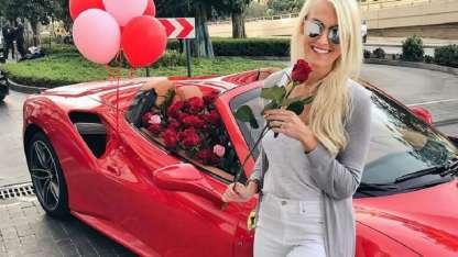 Alexandra Mary Hirschi posa feliz con su regalo.