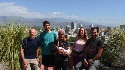 Brian, Pablo, Rolando, Lucía (en brazos), Sara y Xavier, algunos de los aventureros que caminaron por los Andes.