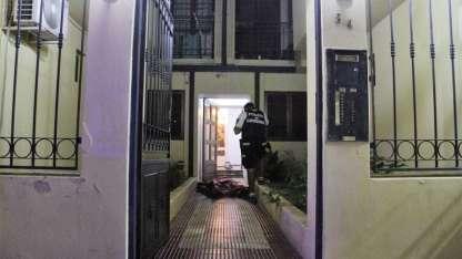 Uno de los delincuentes muertos, en un pasillo del barrio Nueva Córdoba.