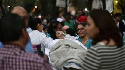Una paciente es retirada del hospital por precaución. / AFP
