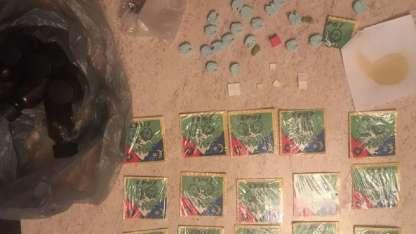 """Algo del LSD y de """"popper"""" que fue encontrado durante los allanamientos."""