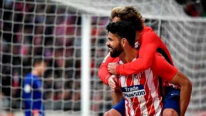 Diego Costa y Griezmann festejan el gol del triunfo para el Atlético.