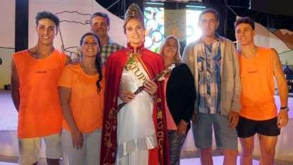 La familia de María José la acompañó y ovacionó durante la fiesta y la elección.