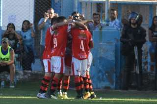 Todo Maipú abraza a Santiago González, al autor del gol del triunfo parcial del Cruzado.