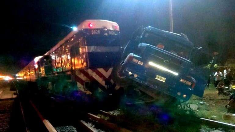 Buenos Aires: un tren del Sarmiento embistió un camión en Merlo
