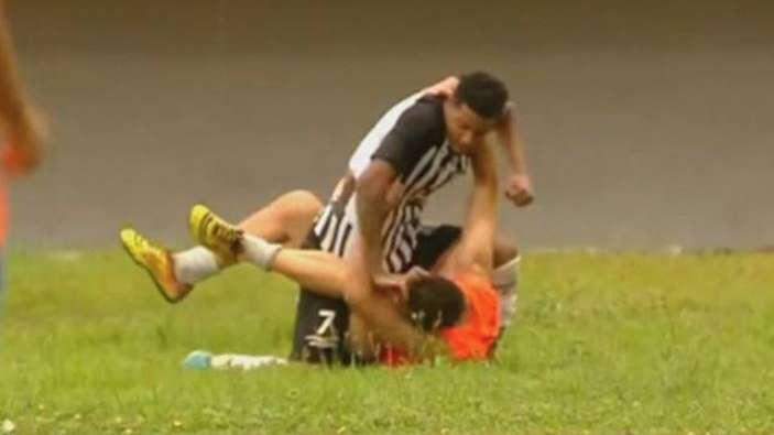Futbolista explota y agrede a recogebalones