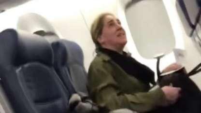 Viral: La empleada que le gritó a una mamá y su bebé en un avión