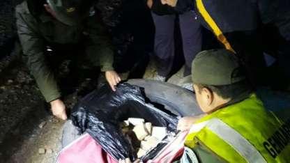 Los gendarmes hallaron el cargamento de droga abandonado.