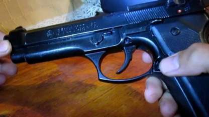 Dos policías limpiaban sus armas y uno de ellos baleó accidentalmente al otro.