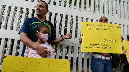 Carlibeth pide ayuda mientras su papá permanece encadenado en Caracas.