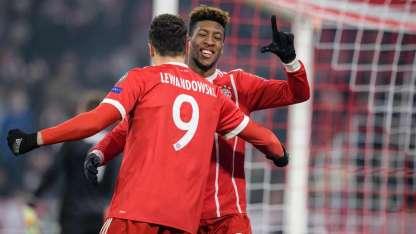 Lewandowski y Coman festejan uno de los cinco tantos del Bayern.