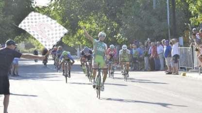 Gastón Javier cruza la meta y se queda con la etapa.