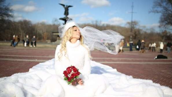 Xipolitakis vende su vestido de novia para ayudar a un niño con ...