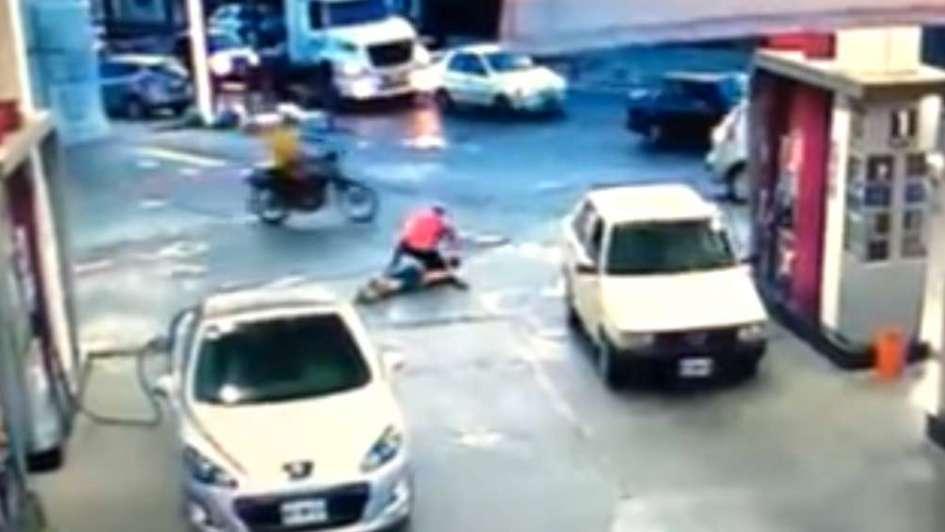 Fue a robar una moto y casi lo matan — Vídeo viral
