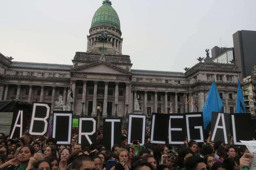 Marchan contra proyecto de legalización del aborto en Argentina