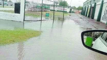 Así lucía ayer la cancha de Ferro Carril Oeste, donde hoy se confirmará si hay partido.