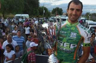 Daniel Díaz con la copa de la Vuelta de Mendoza. Ya había ganado dos veces el Tour de San Luis.