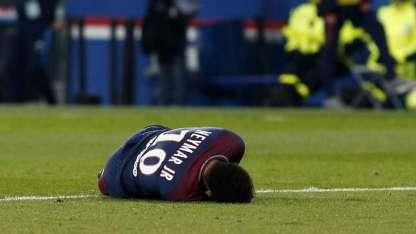 Neymar salió con un fuerte dolor en su tobillo y lo cuidarán para enfrentar al Merengue.