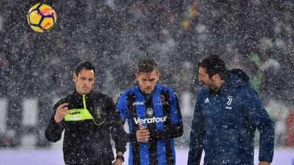 Toloi y Buffon hablan con el árbitro, antes de determinar la suspensión del partido.