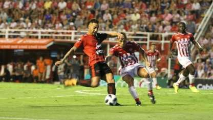 El ex Godoy Cruz, Javier Correa, anotó para Colón.