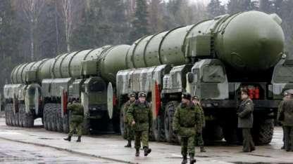 Tropas rusas ensayan un desfile junto a un grupo de misiles balísticos intercontinentales Topol-M, aptos para cabeza nuclear.