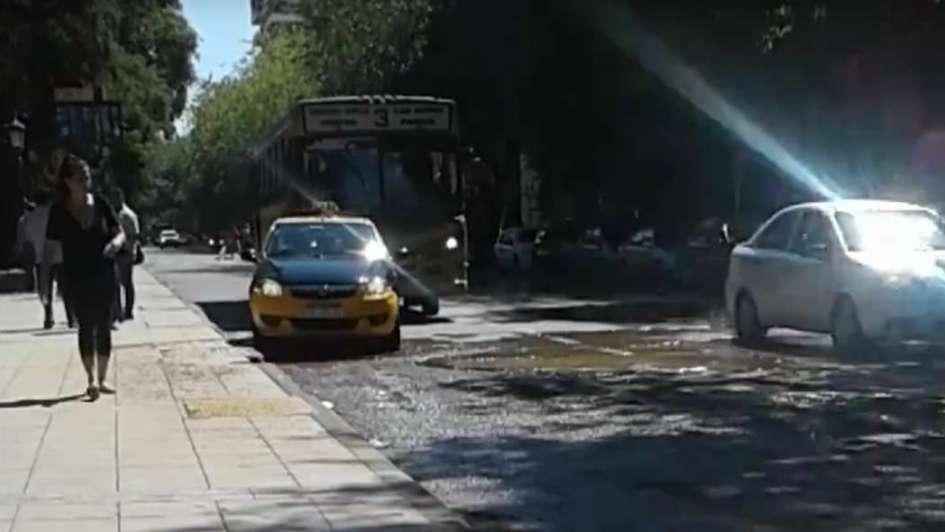 Un amenazante bache preocupa a los automovilistas en Ciudad
