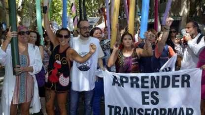 """El SUTE, con Henríquez a la cabeza, protestó el sábado en la denominada """"contramarcha"""" del Carrusel vendimial."""