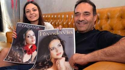 Flor -hermana- y su papá Javier muestran las fotos de la reina de la casa y ahora flamante soberana de la Vendimia.