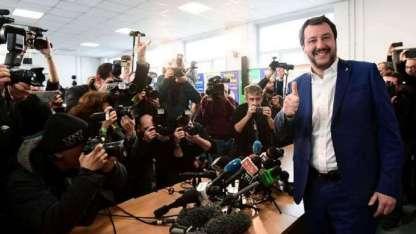 El líder del partido Liga -de extrema derecha-, Matteo Salvini, saluda antes de una conferencia de prensa.