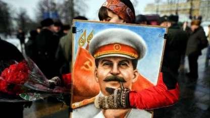 Una partidaria del PC ruso con una imagen de Stalin durante la ceremonia en la que se recordó el aniversario de su muerte.