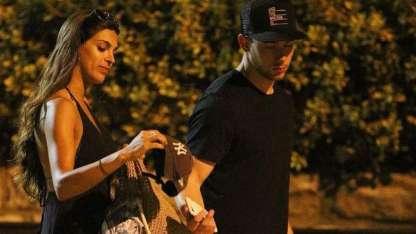 Nick Jonas a los besos con una joven